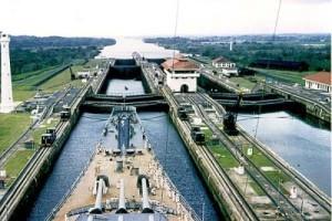 Китайский контейнеровоз врезался в стену Панамского канала